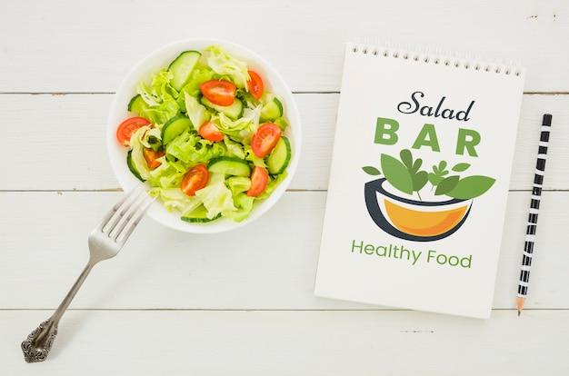 Menu de bar de saladas com prato de salada Psd grátis