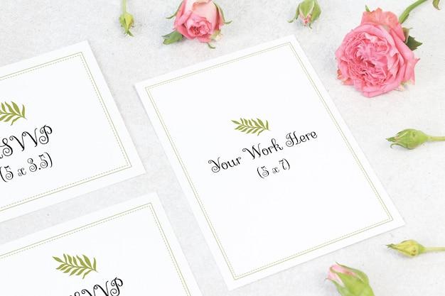 Menu de casamento de maquete com cartão de número em fundo cinza Psd Premium