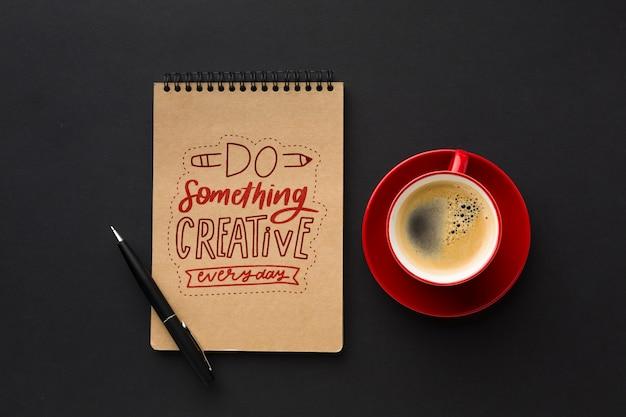 Mesa de escritório com maquete de café e notebook Psd grátis