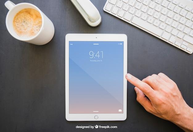 Mesa de escritório e tableta vertical com toque de dedo Psd grátis
