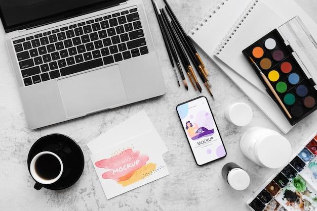 Mesa de pintor com laptop Psd grátis