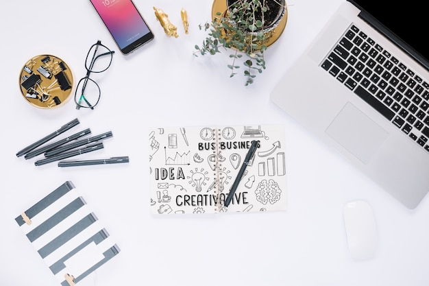 Mídia social criativa e maquete de internet com teclado de notebook Psd grátis