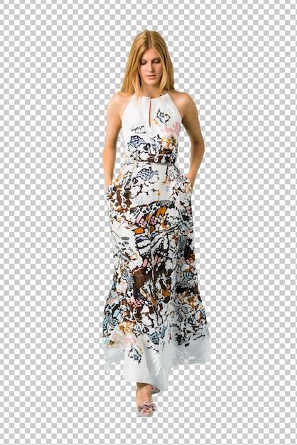 Moça loura em uma caminhada do vestido do verão. gesto de movimento. Psd Premium