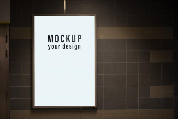 Mock-se da caixa de luz em uma cidade na parede para a sua publicidade. blank mock up de cartaz de rua vertical Psd Premium