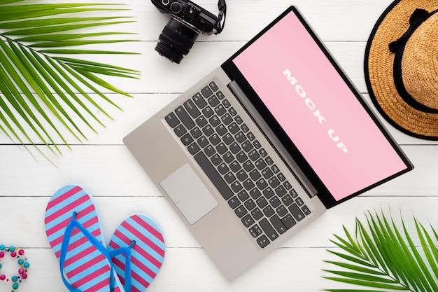 Mock-se display de laptop na mesa de madeira branca para férias de férias de verão Psd Premium