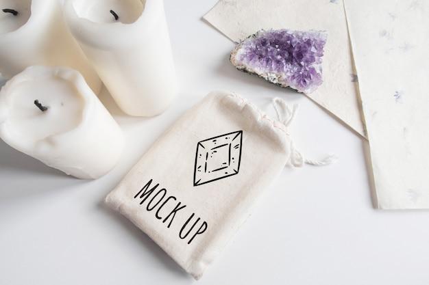 Mock-se do saco de algodão de baralho de tarô, ametista e velas no fundo branco Psd Premium