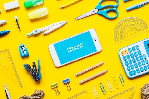 Mock-se telefone móvel de tela em branco para voltar ao conceito de plano de fundo da escola Psd Premium