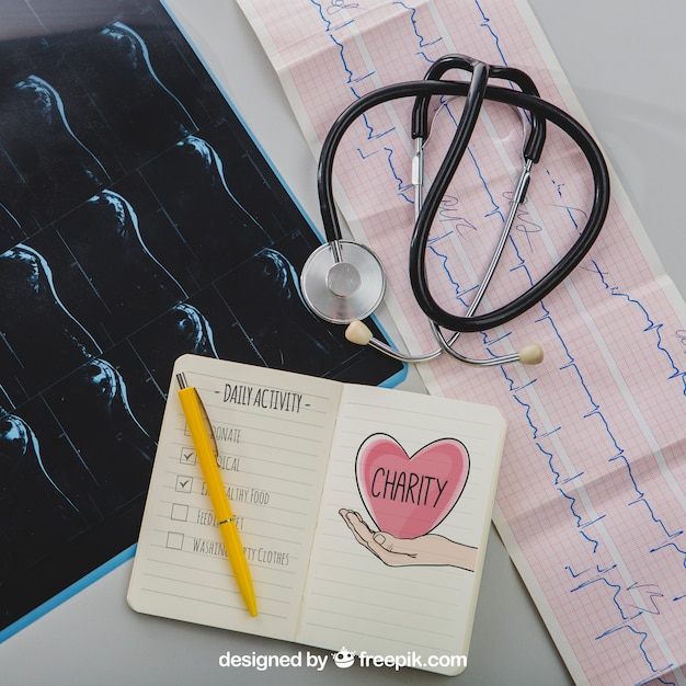 Mock up com equipamento médico e notebook Psd grátis