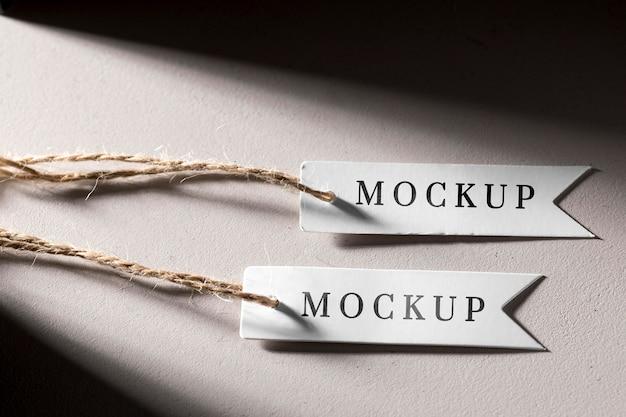 Mock-up etiquetas de preço brancas penduradas Psd grátis