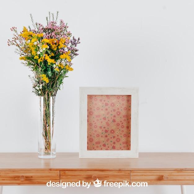 Mockup da primavera com quadro vertical e vaso de flores sobre a mesa Psd grátis