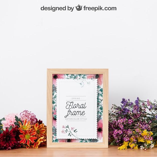 Mockup de quadro entre belas flores Psd grátis