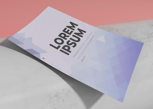 Modelo de design de folheto de maquete de close-up Psd grátis