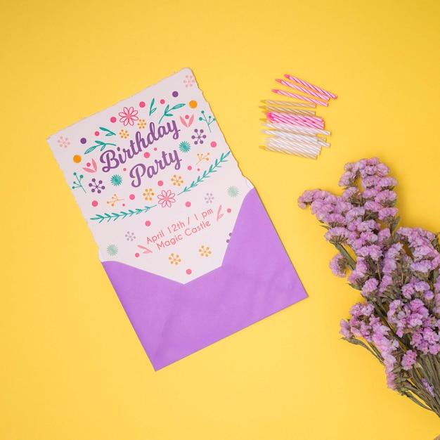 Modelo de feliz aniversário com envelope e flor de lavanda Psd grátis