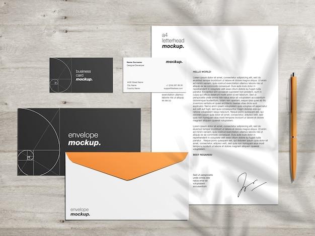 Modelo de maquete de identidade de marca profissional com papel timbrado, envelopes e cartões de visita na mesa de madeira Psd Premium