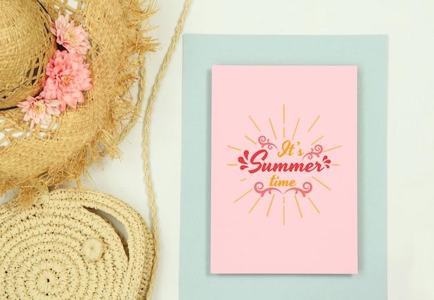 Modelo de quadro de verão maquete com chapéu de palha e bolsa Psd Premium
