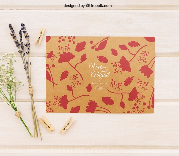 Molde de convite de casamento com flores e pinças de roupa Psd grátis