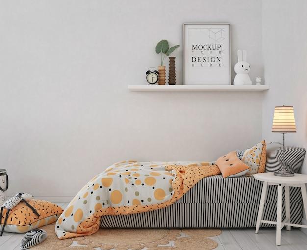 Moldura de pôster de maquete em quarto infantil com cama laranja Psd Premium