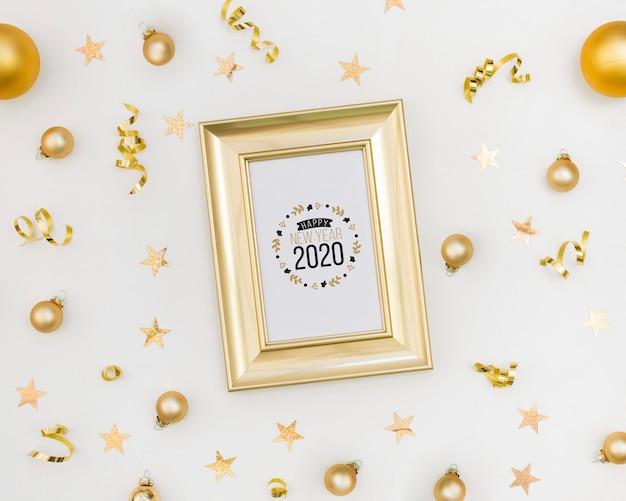 Moldura de vista superior com novo ano 2020 e bolas de natal Psd grátis