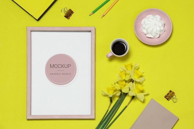 Molduras para fotos de maquete sobre o fundo amarelo com flores, café, bolo Psd Premium