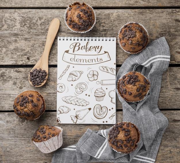 Muffins de chocolate em cima da mesa Psd grátis