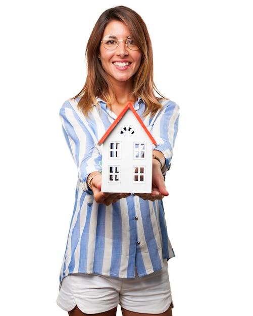 Mulher alegre com sua casa de sonho Psd grátis