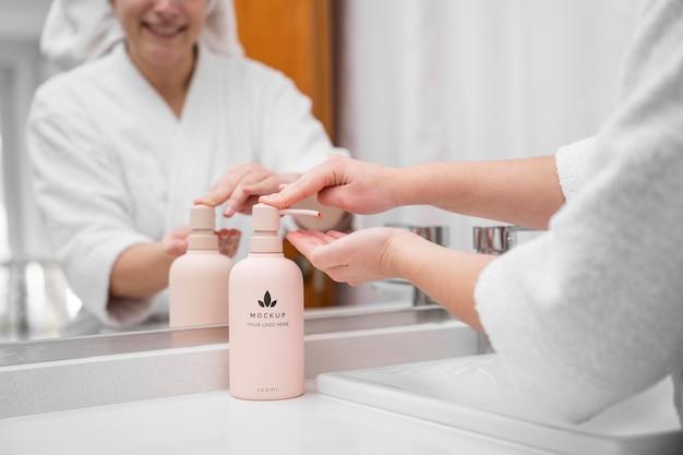Mulher aplicando hidratante em casa depois do banho Psd Premium