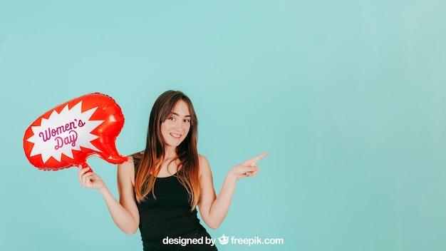 Mulher apontando para a esquerda com maquete de balão de fala Psd grátis