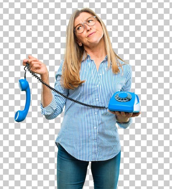 Mulher bonita sênior com um telefone vintage Psd Premium