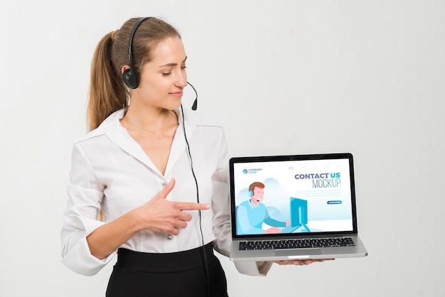 Mulher com assistente de call center laptop Psd Premium