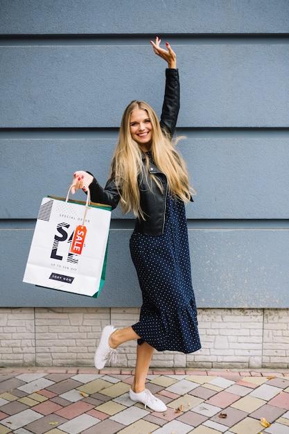 Mulher, com, bolsas para compras Psd grátis