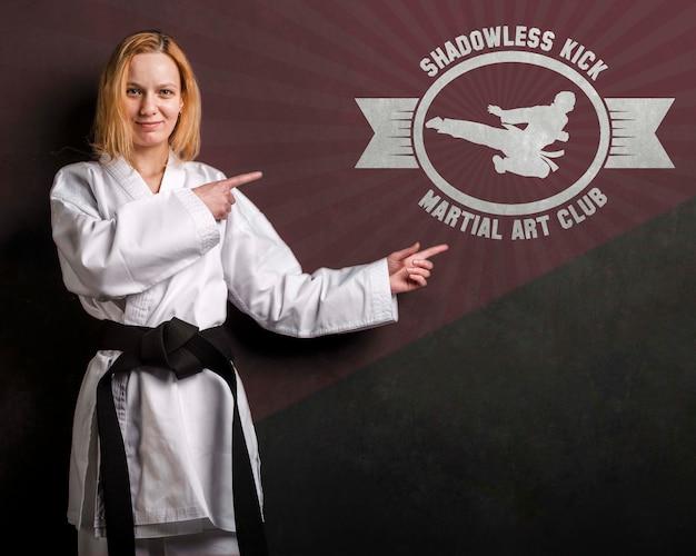 Mulher com faixa preta de karatê e maquete de arte marcial Psd grátis