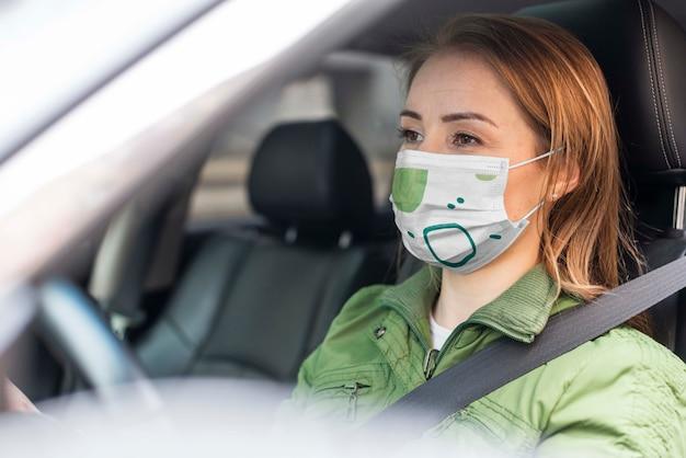Mulher com modelo de conceito de máscara médica Psd grátis