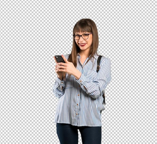 Mulher com óculos, enviando uma mensagem com o celular Psd Premium