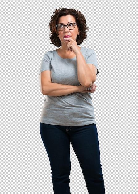 Mulher de meia idade duvidosa e confusa, pensando em uma ideia ou preocupada com alguma coisa Psd Premium