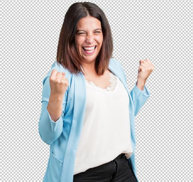 Mulher de meia idade muito feliz e animada, levantando os braços, comemorando uma vitória ou sucesso, ganhando na loteria Psd Premium