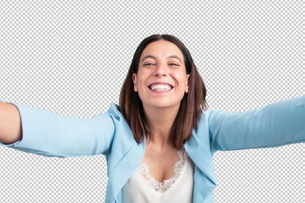 Mulher de meia idade, sorrindo e feliz, tirando uma selfie, animado por suas férias ou por um evento importante, expressão alegre Psd Premium