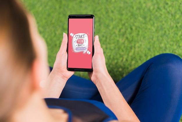 Mulher desportiva usando maquete de smartphone Psd grátis