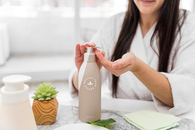 Mulher em casa usando hidratante Psd grátis