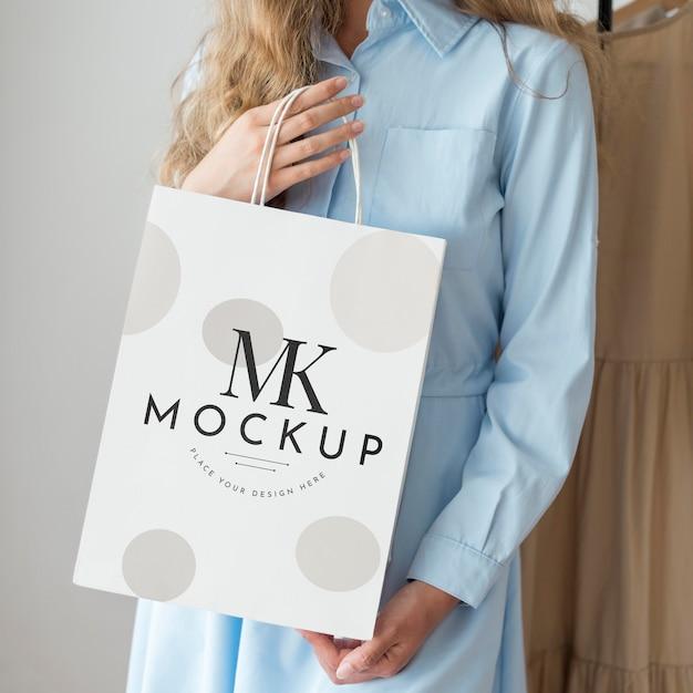 Mulher em close-up com maquete de sacola de compras Psd Premium