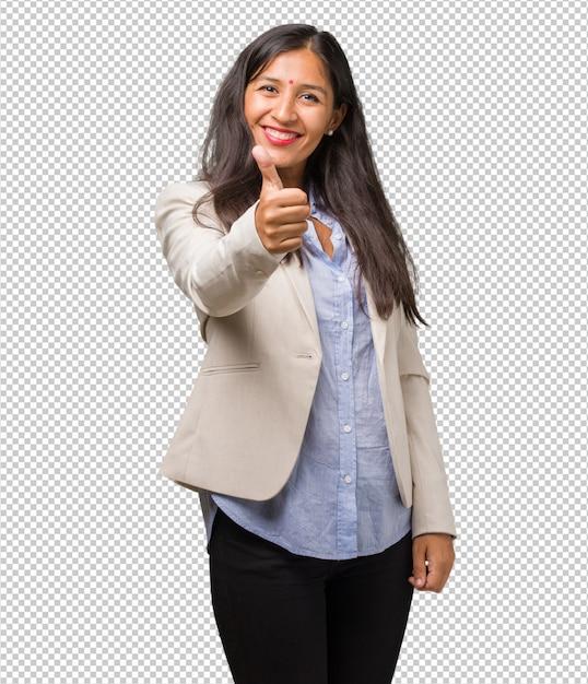 Mulher indiana de negócios jovem alegre e animada, sorrindo e levantando o dedo Psd Premium