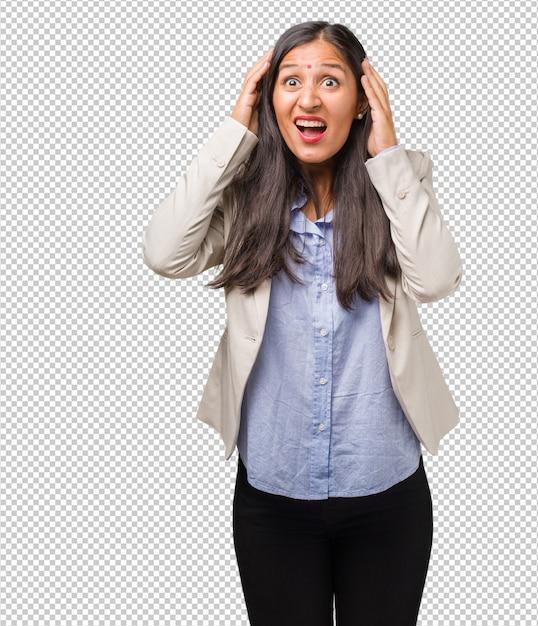 Mulher indiana de negócios jovem frustrado e desesperado, irritado e triste com as mãos na cabeça Psd Premium