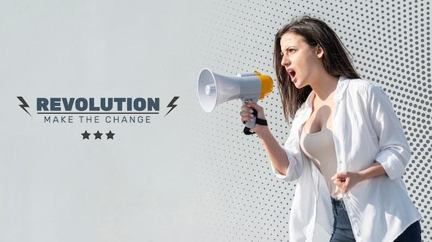 Mulher irritada gritando através de megafone Psd grátis