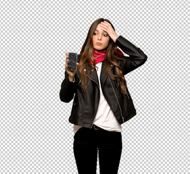 Mulher jovem, com, casaco couro, com, perturbado, segurando, quebrada, smartphone Psd Premium