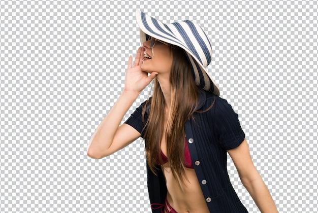 Mulher jovem, em, biquíni, shouting, com, boca largo aberto Psd Premium