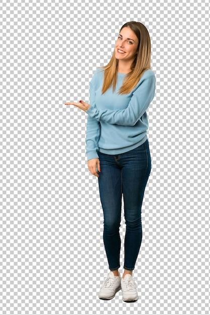 Mulher loira com camisa azul, apresentando uma idéia ao olhar sorrindo para Psd Premium