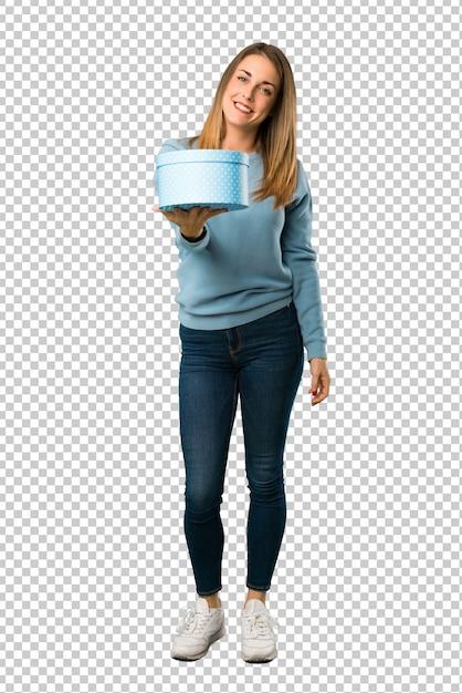 Mulher loira com camisa azul, segurando um presente nas mãos Psd Premium