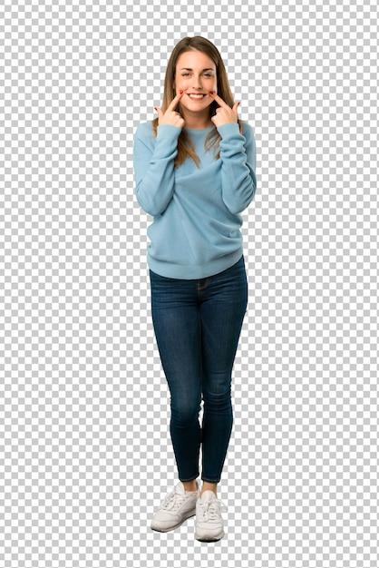Mulher loira com camisa azul, sorrindo com uma expressão feliz e agradável Psd Premium