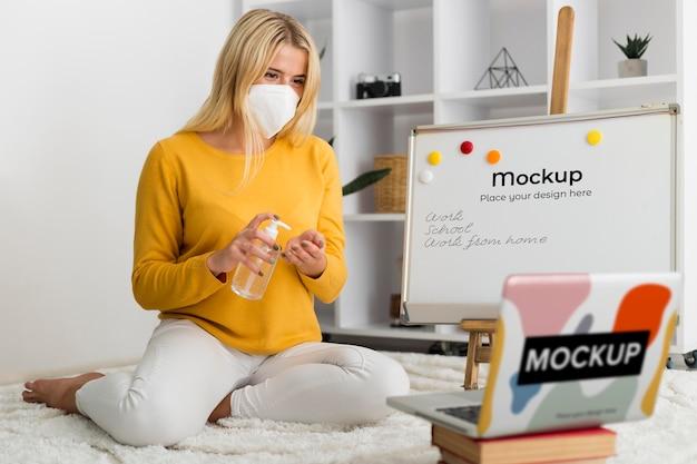 Mulher maltratada com laptop e maquete de quadro branco Psd grátis