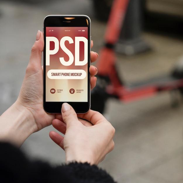 Mulher mão segurando e usando smartphone moderno Psd Premium