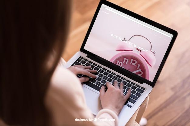 Mulher moderna trabalhando no laptop Psd grátis